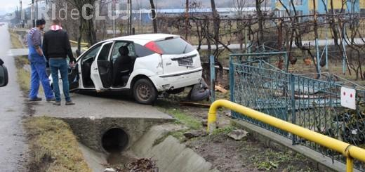 Accident la ieșire din Dej! Un șofer s-a oprit direct într-o țeavă de gaz FOTO