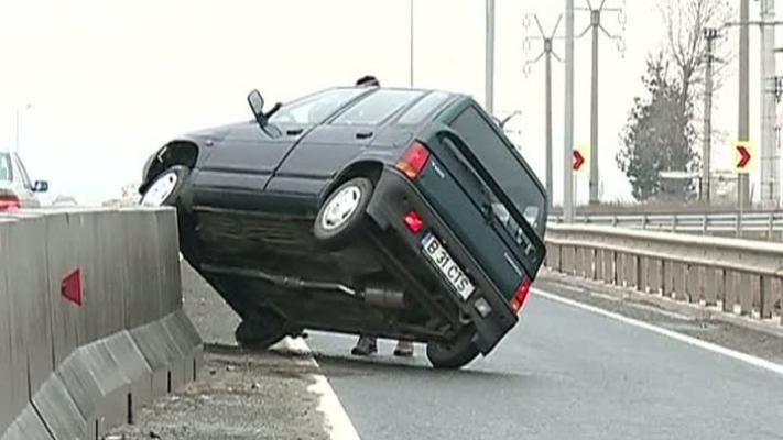 Pensionară la volan. S-a urcat cu mașina pe parapetul de pe marginea drumului - FOTO