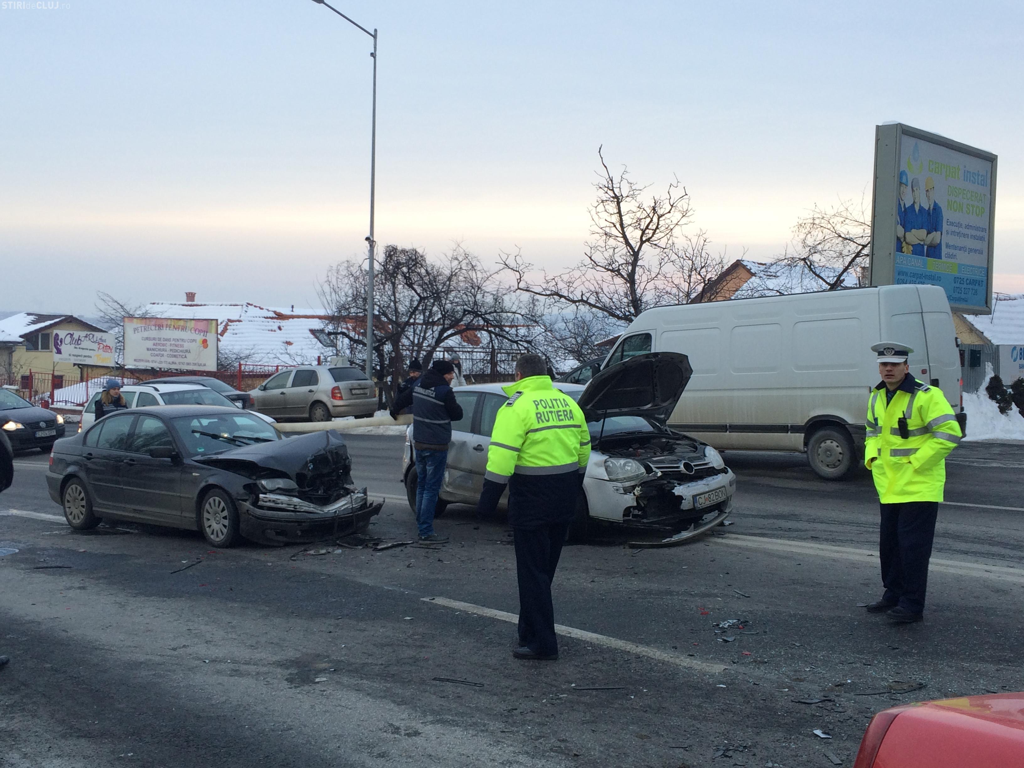 Accident în lanț pe Calea Turzii! Un șofer a derapat și a lovit cinci mașini FOTO