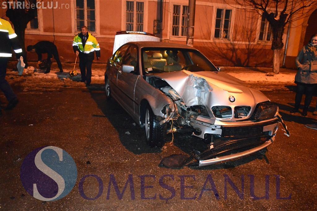 Un șofer și-a făcut BMW-ul praf la Gherla. A intrat din plin într-un copac VIDEO