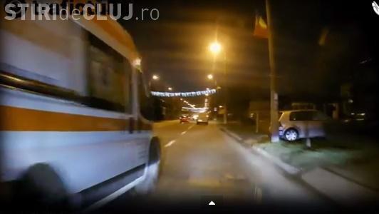 La Cluj nici pe ambulanță nu se folosește semnalizarea. Aproape a lovit un șofer VIDEO