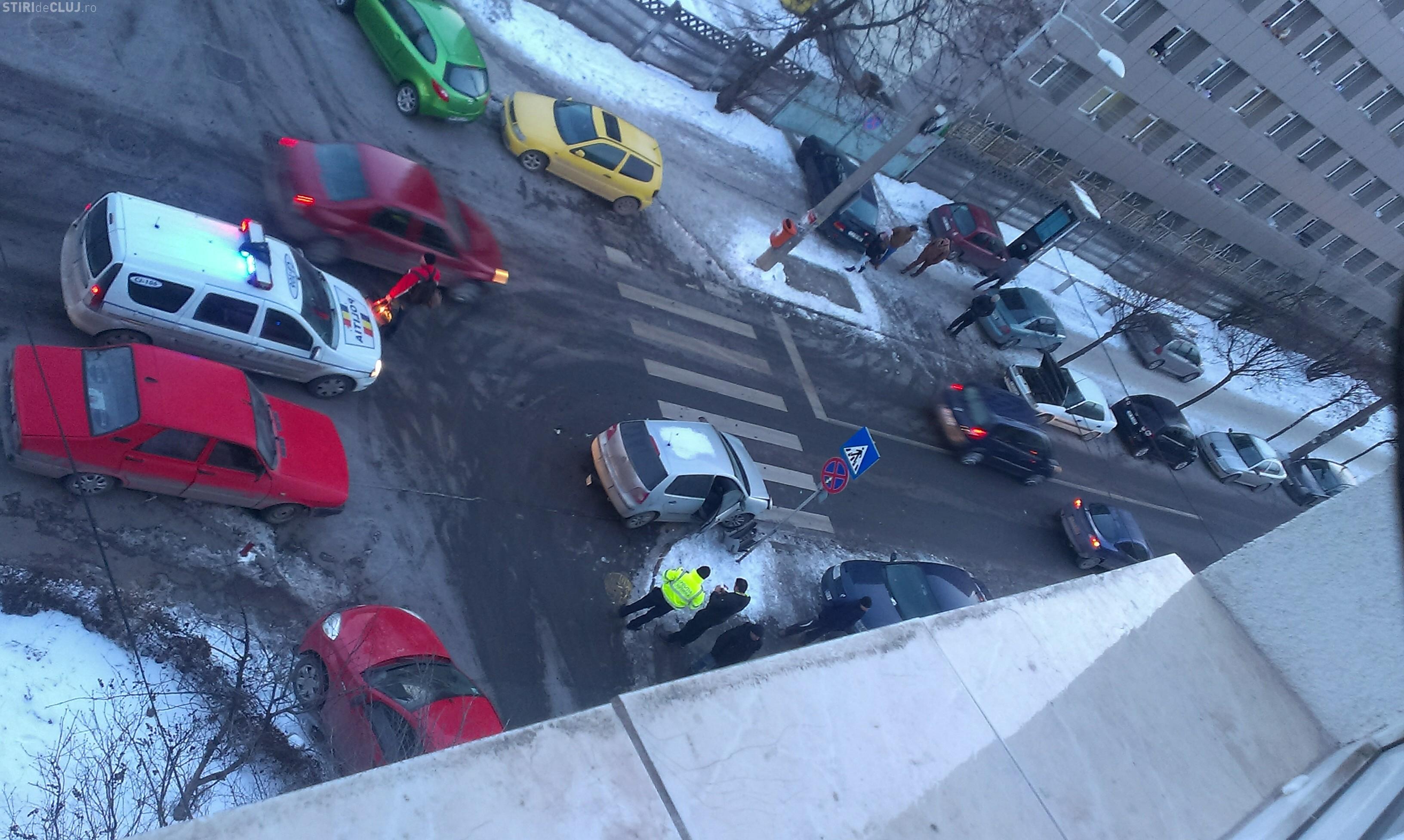 Accident pe strada Fabricii de Zahăr, din cauza unei mașini care obstrucționa vizibilitatea - FOTO