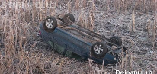 Un șofer s-a răsturnat într-un lan de porumb la Dej. Avea un copil de 10 ani cu el în mașină FOTO