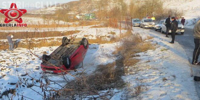 Accident la Cluj pe un drum înghețat! Două mașini s-au răsturnat - VIDEO
