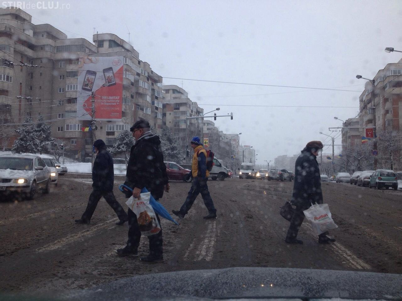 Șoferii clujeni, nemulțumiți de zăpada de pe străzi: Se vede că nu au băgat lama FOTO