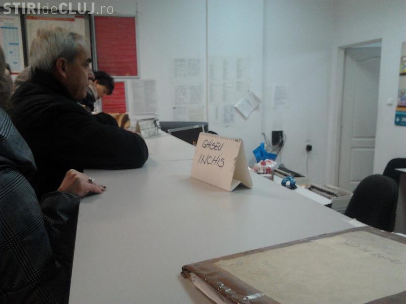 Clujenii sunt umiliți la Oficiul Poștal 11 din zona Gării - FOTO