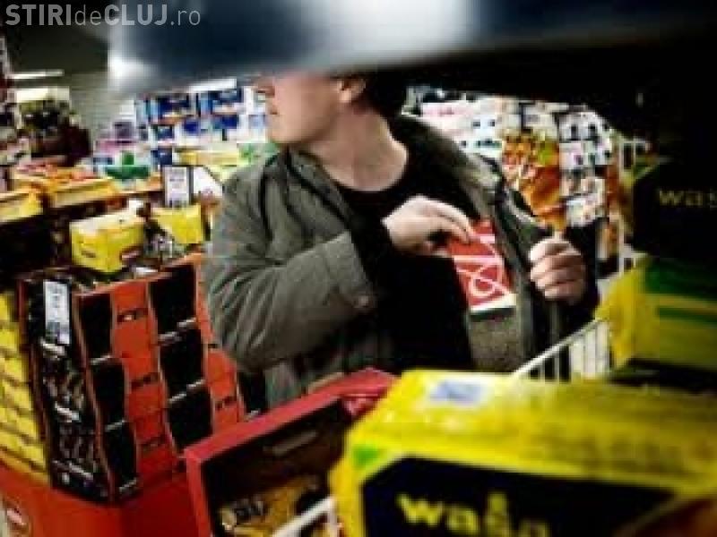 Tineri prinși la furat dintr-un magazin din Cluj. Au fost opriți de paznici