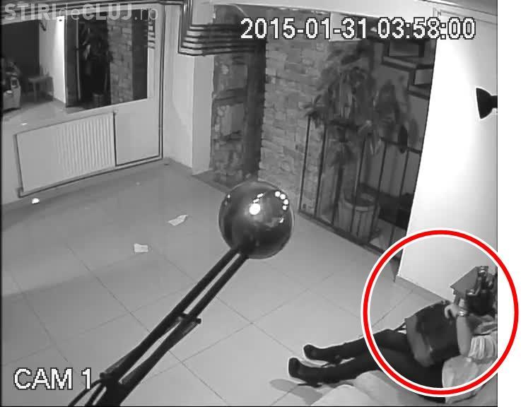 O pițipoancă a furat TELEFONUL FIX dintr-un bar din Cluj - VIDEO/ UPDATE: Hoața l-a returnat cu taxiul