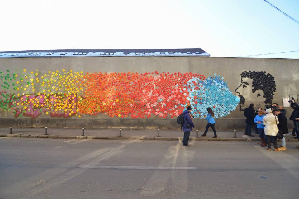 Flori de lotus din hârtie lipite pe trei ziduri din Cluj-Napoca. Este un proiect din cadrul Capitalei Europene a Tineretului