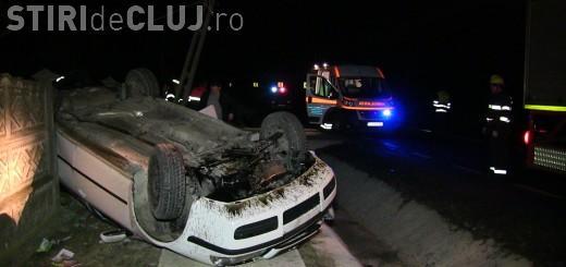 Accident spectaculos la Cluj. Doi frați au distrus un stâlp, s-au răsturnat cu mașina și au scăpat fără nicio zgârietură VIDEO