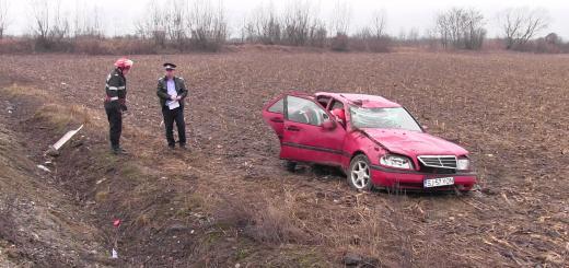 Accident cu trei victime la Coplean. O familie s-a răsturnat cu Mercedesul în câmp VIDEO