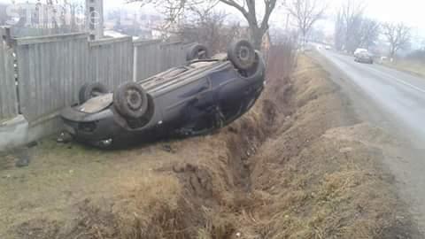 Accident rutier la Apahida. Un șofer s-a răsturnat cu mașina în șanț