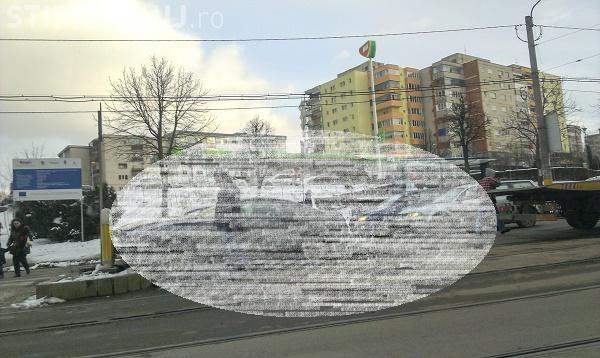 Șofer GHINIONIST la Cluj. Și-a bușit Mustangul de zeci de mii de euro în stația de tramvai FOTO