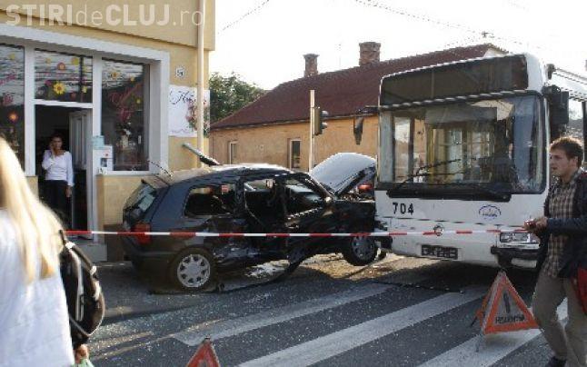Accident pe strada Paris! Un bărbat beat și fără permis a lovit un autobuz