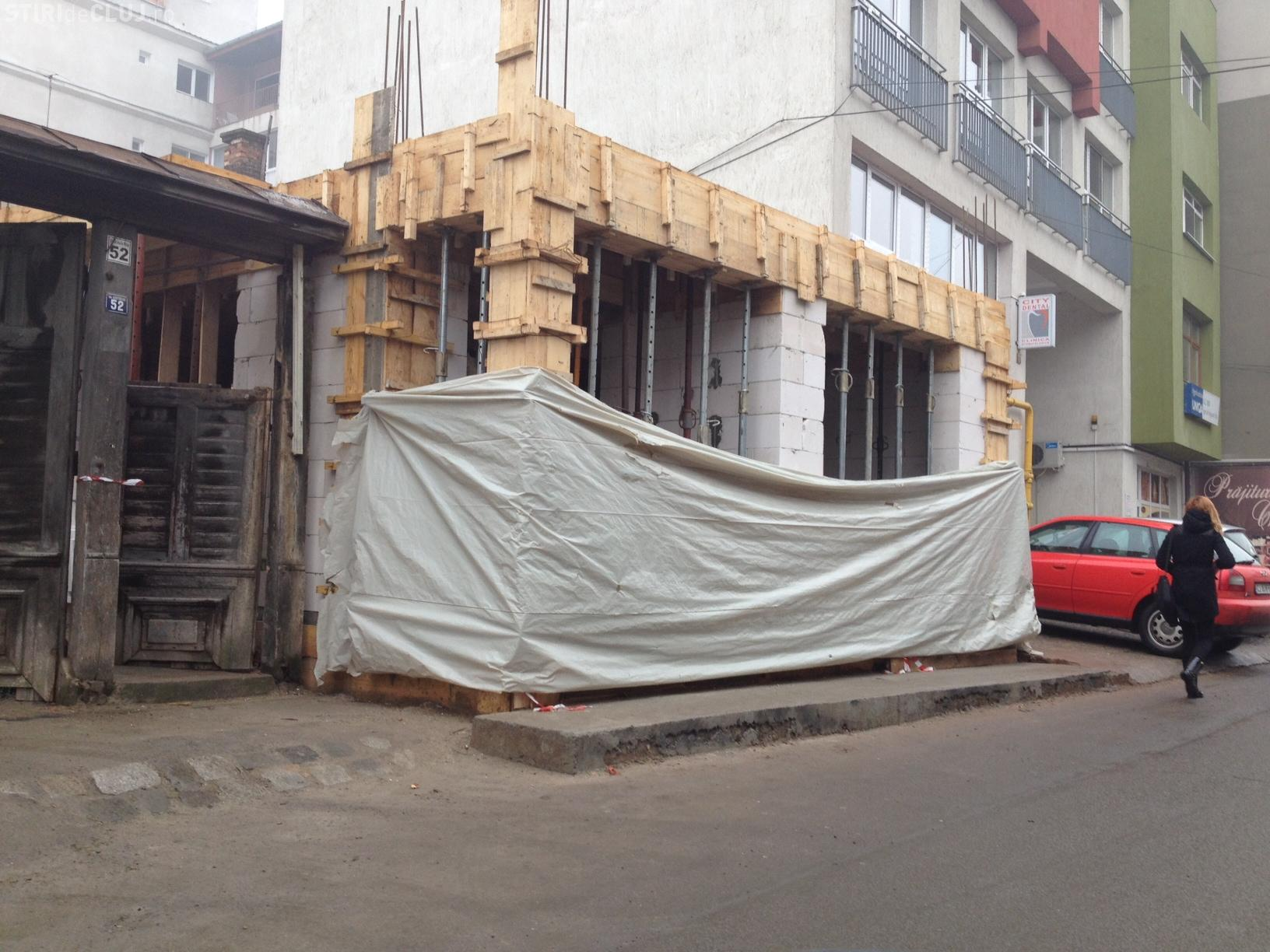 ANOMALIE la Cluj? Un inspector din Primăria Cluj-Napoca și-a extins construcția și pe trotuarul de pe strada General Traian Moșoiu - FOTO