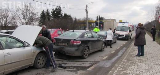 Accident în lanț la întrare în Dej. Șoferul unui BMW a pus frână și a fost lovit de alte două mașini VIDEO