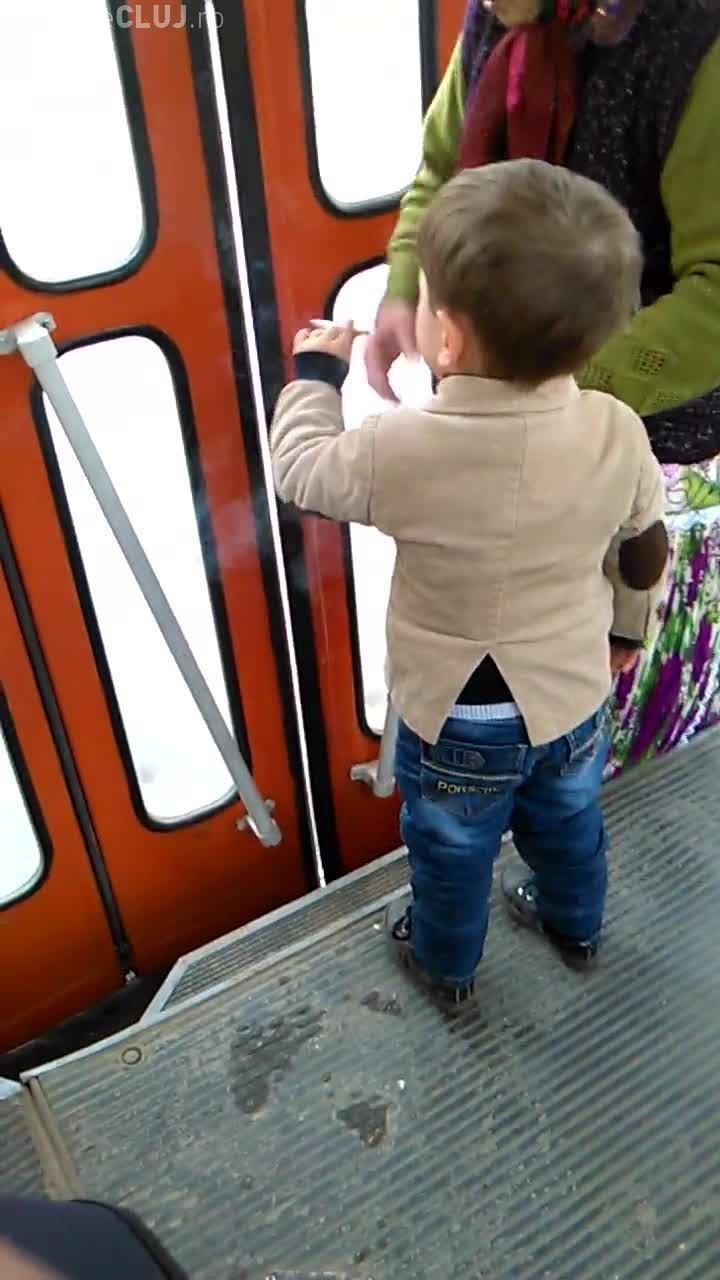 Un copil de 3 ani filmat la Cluj în timp ce fuma într-un tramvai - VIDEO