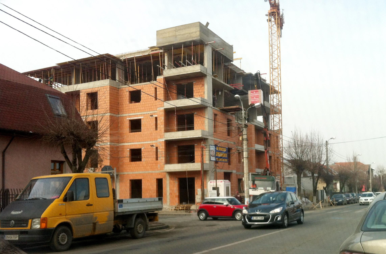 Locuitori din Andrei Mureșanu, nemulțumiți de construcția unui bloc în cartierul lor FOTO