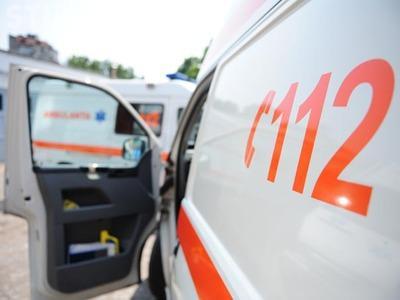 """Accident cu o victimă în Gheorgheni. Un autoturism a fost """"aruncat"""" pe contrasens de un șofer neatent"""