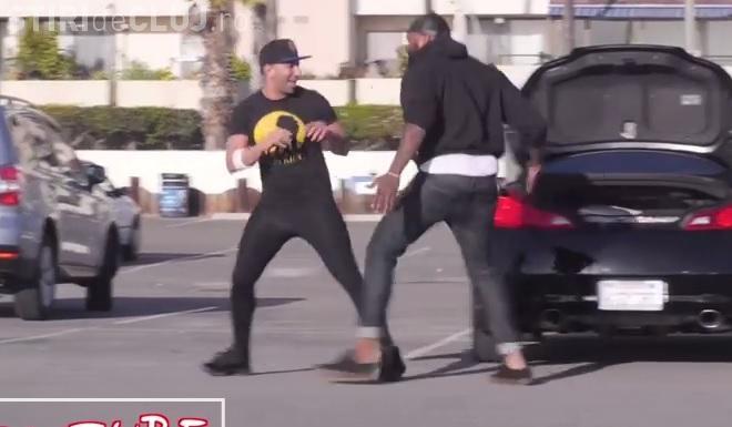 Un bărbat și-a luat o pereche de pantaloni mulați și toți bărbații l-au ASALTAT - VIDEO