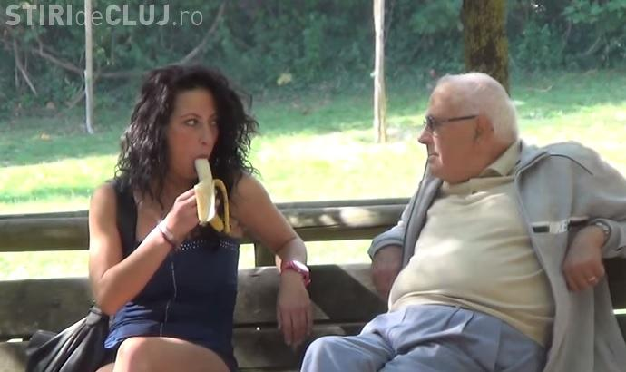 Fete sexy mănâncă o BANANĂ - Ce reacție au cei care apar în farsă - VIDEO