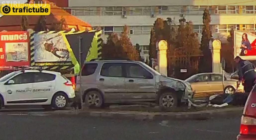 Accident greu de explicat pe Calea Turzii! A ajuns pe spațiul verde și a lovit un muncitor - VIDEO