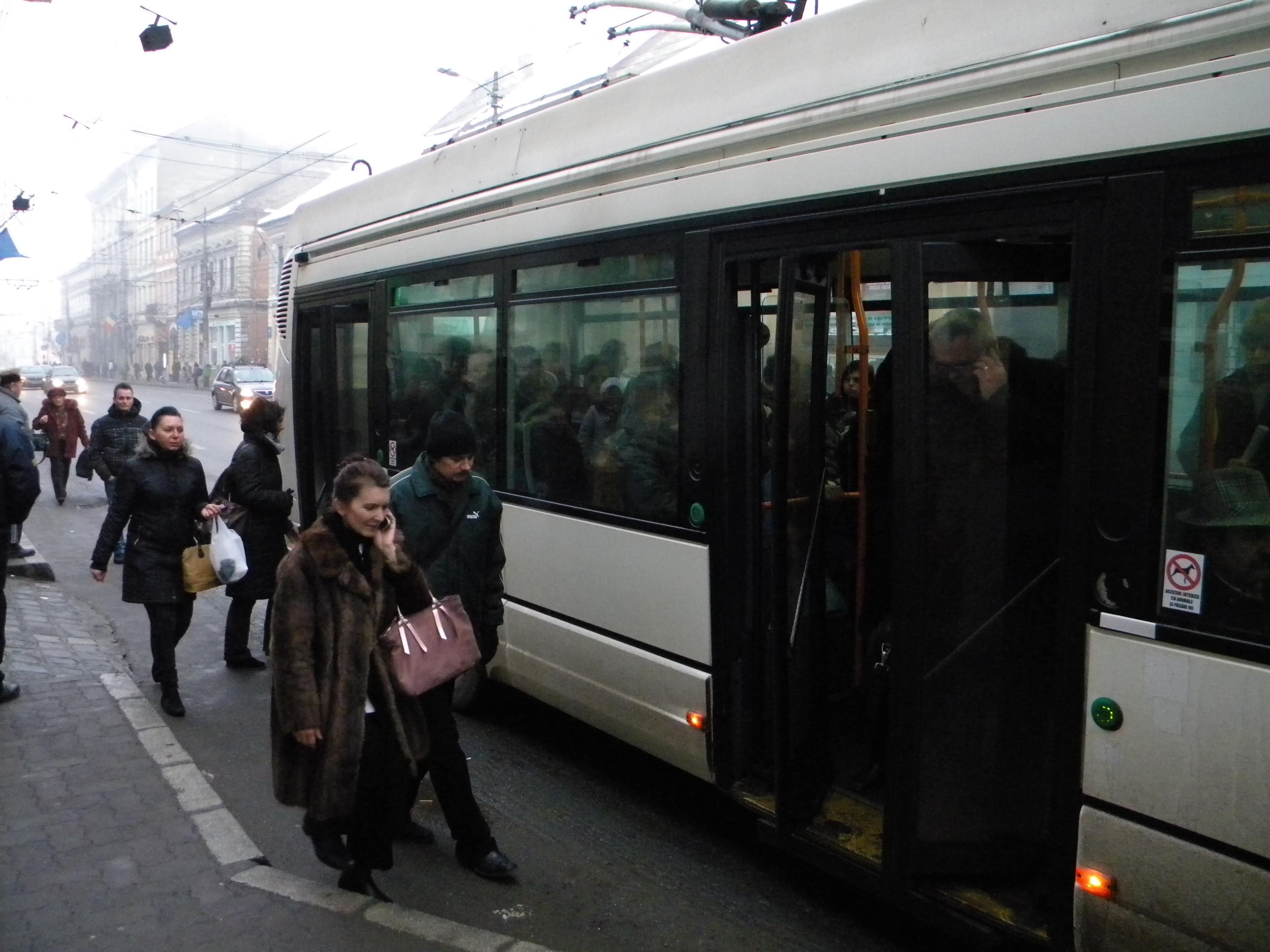 Cluj - Război declarat pensionarilor care aglomerează mijloacele de transport