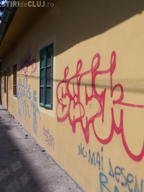 """La Cluj-Napoca au crescut amenzile pentru graffiti și mesaje de genul """"Hai U Cluj"""" și """"Hai CFR Cluj"""""""