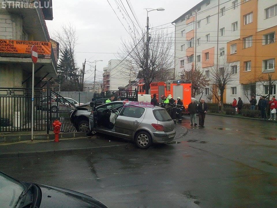 Accident în Mărăști! Un șofer a demolat gardul unei case - FOTO