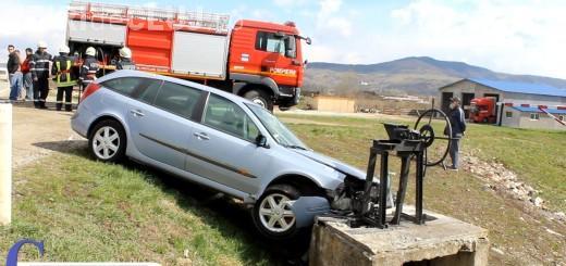 Accident cu două victime la ieșire din Gherla! Un șofer a ajuns cu mașina într-un stăvilar VIDEO