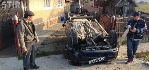 O clujeancă a ajuns la spital, alături de fiica de 3 ani, după ce a făcut accident. S-a răsturnat cu mașina în fața unei case FOTO