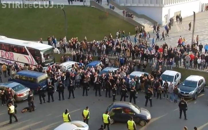"""Scandal la U Cluj! Suporterii s-au adunat în fața stadionului: """"Dacă ne băgați în B, vă rupem picioarele"""" - VIDEO"""