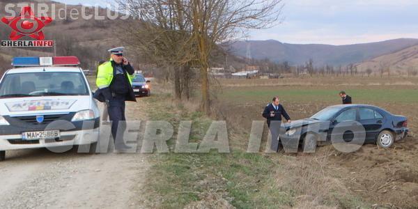 Accident rutier într-o localitate clujeană! Un șofer s-a răsturnat cu Mercedesul și l-a lăsat în câmp VIDEO