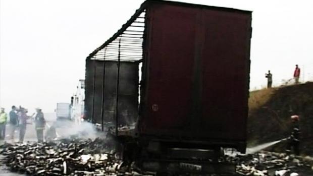 Un TIR a luat foc la Cluj. Încărcătura cu vopsea a explodat pe șosea
