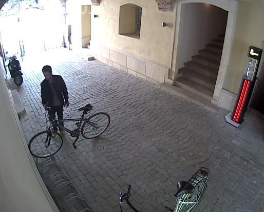 Furt de bicicletă în centrul Clujului! Proprietarul a fost CREDUL - VIDEO cu HOȚUL