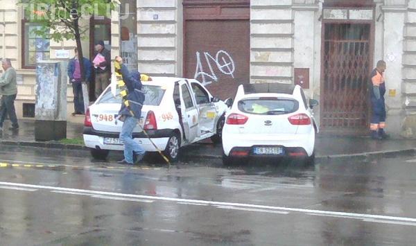 Accident în centrul Clujului, pe Moților! Taximetrist lovit în PLIN - FOTO