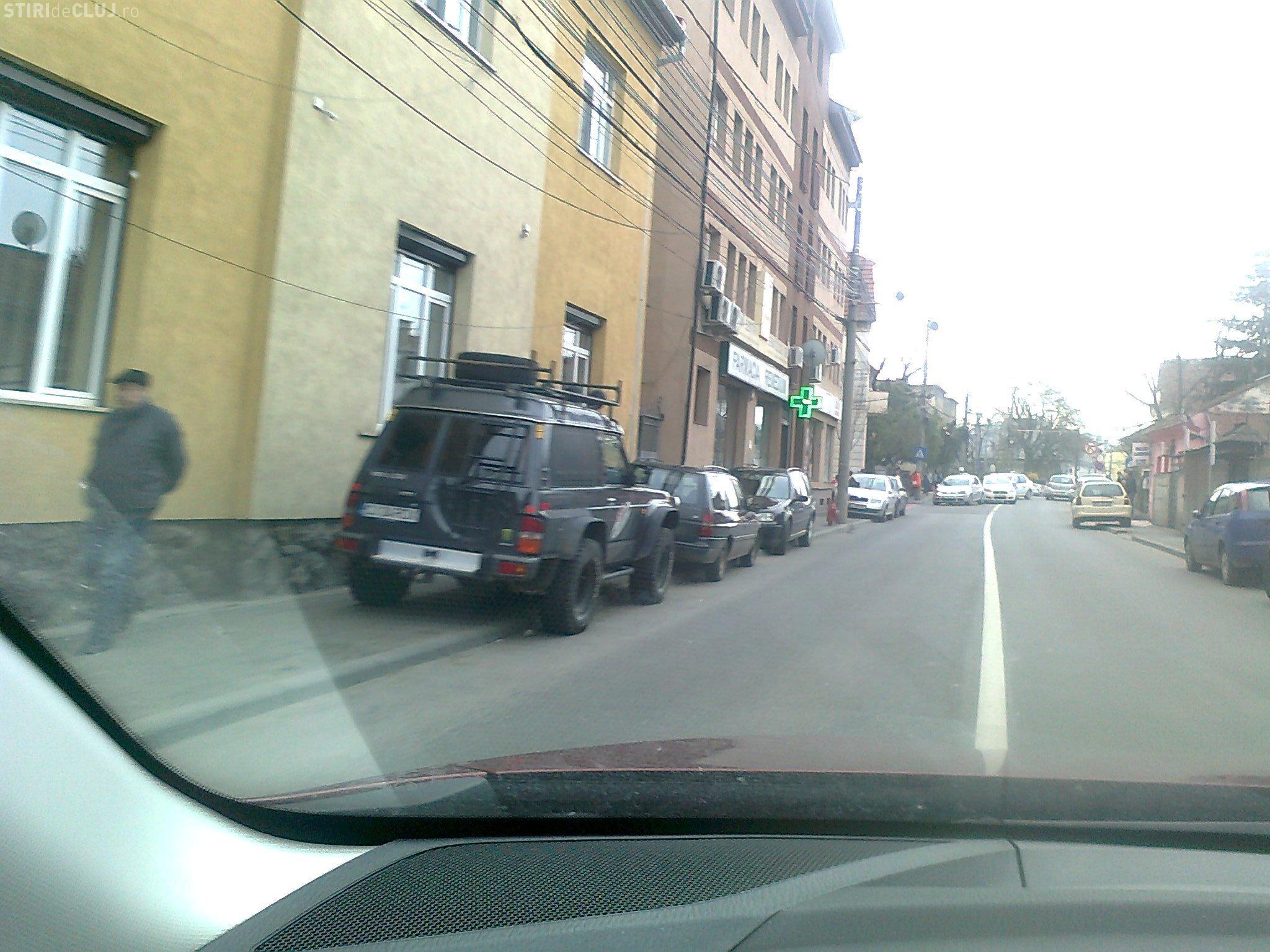 La Cluj, trotuarul ține loc de parcare! Un clujean se plânge că autoritățile nu rezolvă problema FOTO