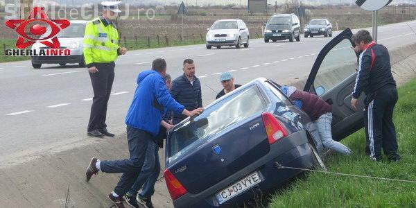 """Accident la ieșire din Gherla! Patru tineri au """"zburat"""" cu mașina într-un șanț VIDEO"""
