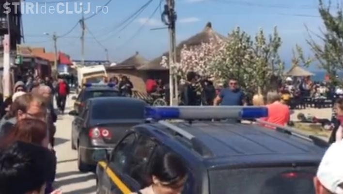 Inspectorii ANAF au fost huiduiți de turiști în Vama Veche. O mașină le-a fost vandalizată VIDEO