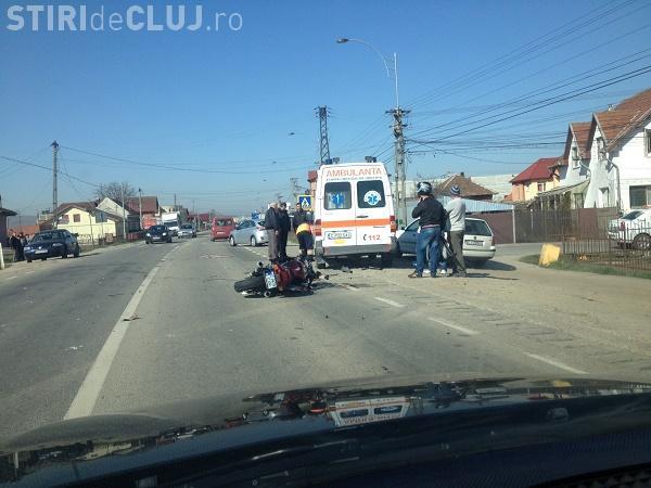 """Motociclist rănit într-un accident la Cluj. Un șofer neatent l-a """"aruncat"""" direct într-o ambulanță FOTO"""
