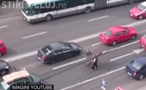 Păcală din Cluj a trecut prin clipe grele! I-a ZBURAT ușa de pe mașină, direct pe asfalt - VIDEO
