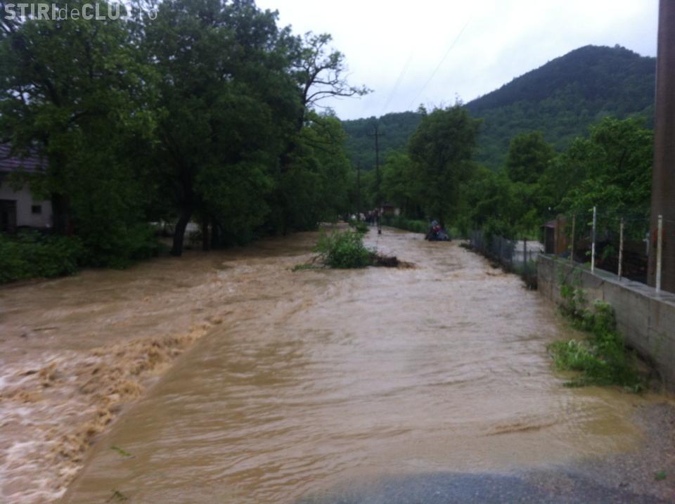 Drumul de la Dej la Baia Mare, blocat de ape FOTO