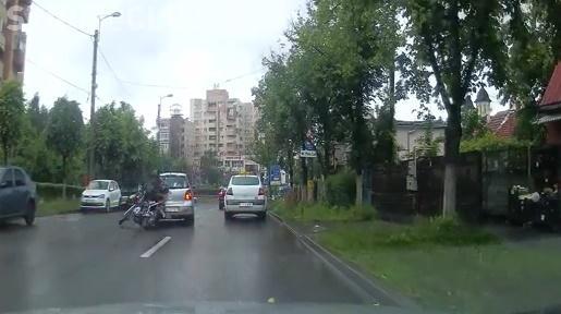 Neatenția în trafic costă! Cum fost accidentat un motociclist la Cluj din cauza unui șofer care nu a semnalizat VIDEO