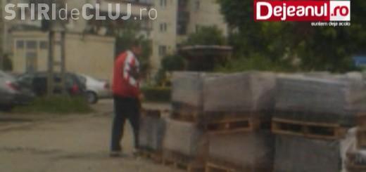 Ce se mai fură pe la noi! Doi dejeni au fost filmați în timp ce își umpleau portbagajul mașinii cu paleți de pavaje VIDEO