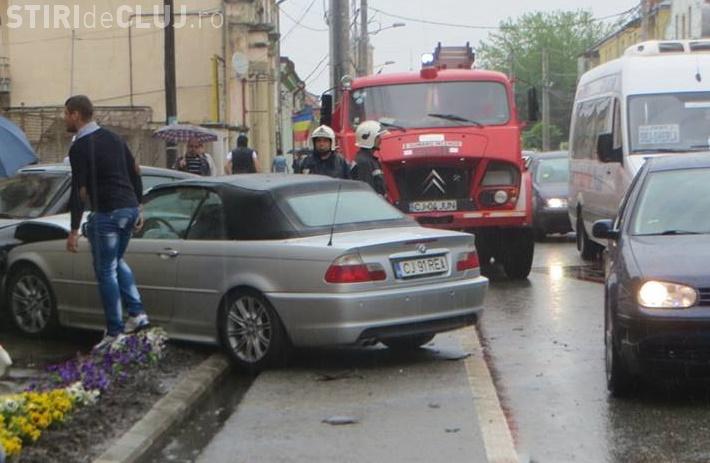 ACCIDENT! Un BMW și un Renault s-au lovit VIOLENT în centrul orașului Gherla - VIDEO
