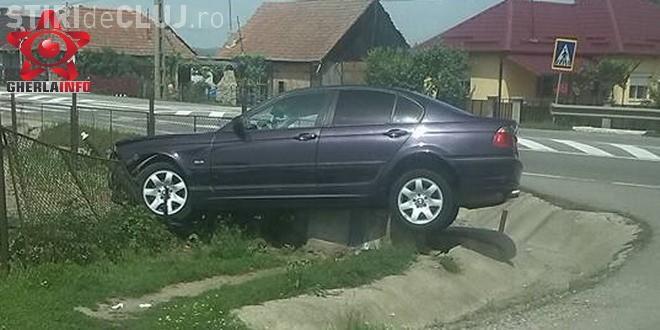"""Un șofer s-a """"înfipt"""" cu BMW-ul într-un gard la Fundătura. Mașina rămas suspendată pe borna kilometrică FOTO"""