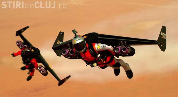 Cascadorie EXTREMĂ! Doi piloți s-au dat cu jetpack-ul deasupra Dubai-ului VIDEO