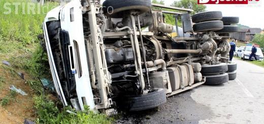 Un șofer a scăpat ca prin MINUNE după ce s-a răsturnat cu autobetoniera la Cluj VIDEO