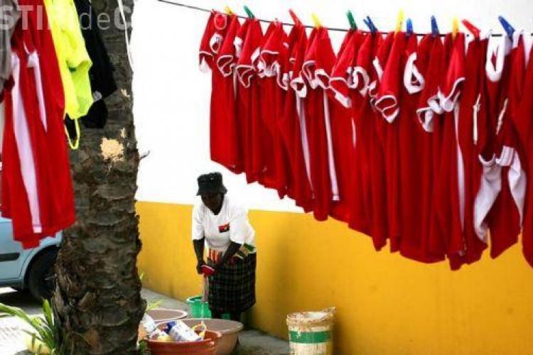 Culmea saraciei in fotbal- nationala Mozambicului isi spala rufele in lighean