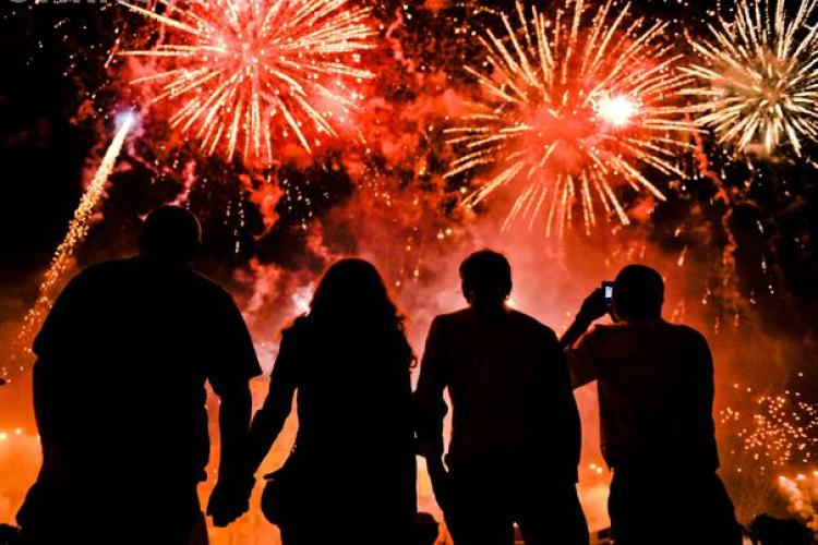 Focul de artificii din Piata Avram Iancu a fost urmarit de cateva sute de clujeni - VIDEO